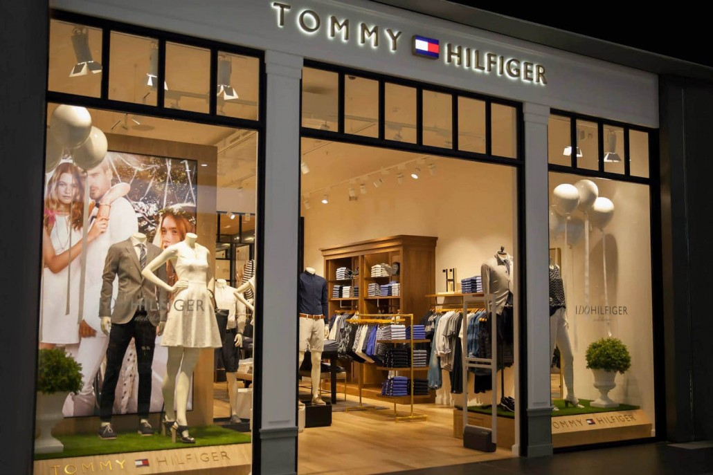 Tommy Hilfiger captures the essence of American style, combining the preppy fashion of the East Coast with the more laid-back look of the West Coast. In addition to their clothing line, from underwear and beachwear to polo shirts, jeans and jackets, the brand also creates shoes and accessories, such as glasses and wallets.